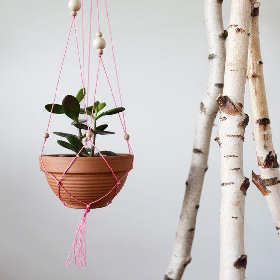 Como ahora, se anuda lo que dan las cuerdas! Macrame está de vuelta. Y aunque este proyecto no es estrictamente hablando un muy complicado macrame, es divertido y es una gran atracción. La combinación de madera llana y arcilla con neón de color rosa dan a su hogar un toque hippie. La cesta colgante terminado tiene una longitud de unos 80 cm. Todo está incluido en el cuadro de mo, lo que necesidad (sólo una planta debe aún obtener) para esta cesta colgante para amigos del nudo. -Arcilla…