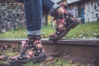 LIVSGLÆDE: Tager du ud i butikkerne, lægger du måske mærke til, at en ny tendens er blomstret frem – nemlig blomsterprintet. Det er nemlig ikke kun planterne og blomsterne i haven, der stille og rolig kommer frem i takt med solen. Med sommeren kommer også de smukke blomster på mode og i bolig. #blomsterprint #mode #livsstil #tøjmode #stil