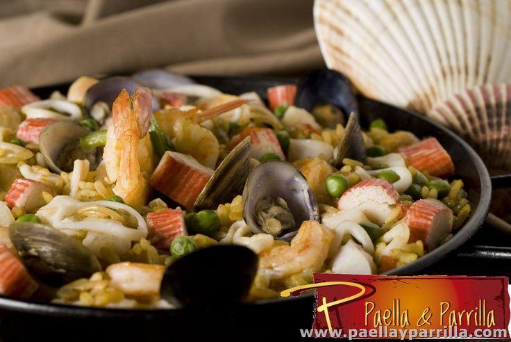 PAELLAS Paella Marinera Trozos de pescado, anillos de calamar, tomate, cebolla y pimentón, rehogados en aceite de oliva, decorada con palmitos, almejas, mejillones, langostinos, camarones, coronas de calamar baby y aceitunas rellenas, acompañada de pan francés y limón. Porción 410 grs .