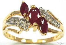 Gouden Ring gezet met 3 Robijnen 0.7ct uit Sri Lanka en 6 Diamanten 0.21ct