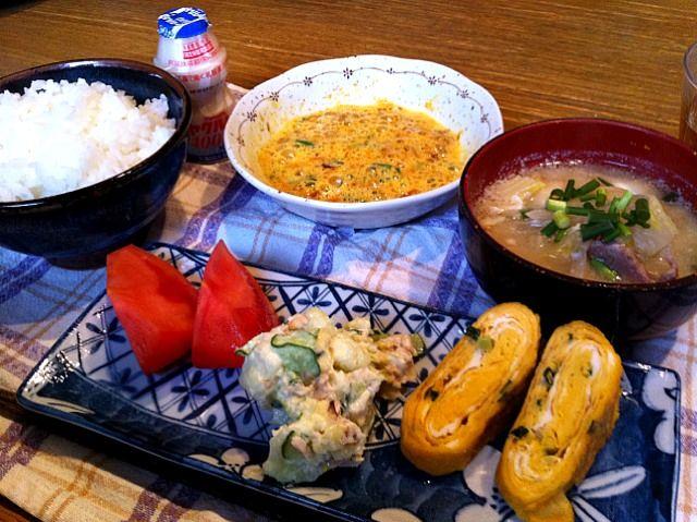おはようございます。今朝は、和食。お弁当に入れる玉子焼きを多めにつくって(^^)久々に納豆が美味しかった(^O^☆♪今日も寒くなりそう。頑張って行きましょう! - 4件のもぐもぐ - ネギ入り玉子焼き  味噌汁  ツナサラダ  トマト  納豆 by 高田恵子