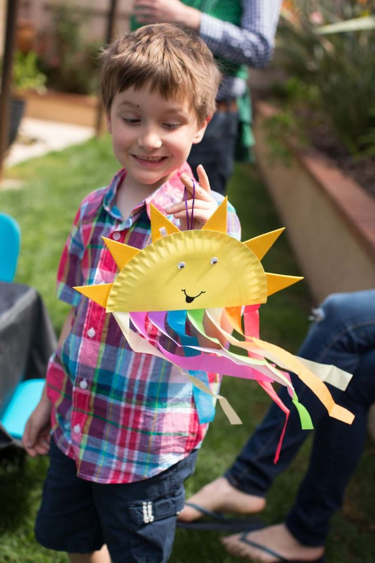 What a cute sunshine craft for a birthday party! And, those rainbow streamers? Yes!