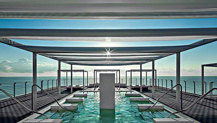 La scenografica piscina e terrazza ricavata sul roof top, all'ottavo e ultimo piano dell'hotel, dove è possibile praticare yoga all'aperto.