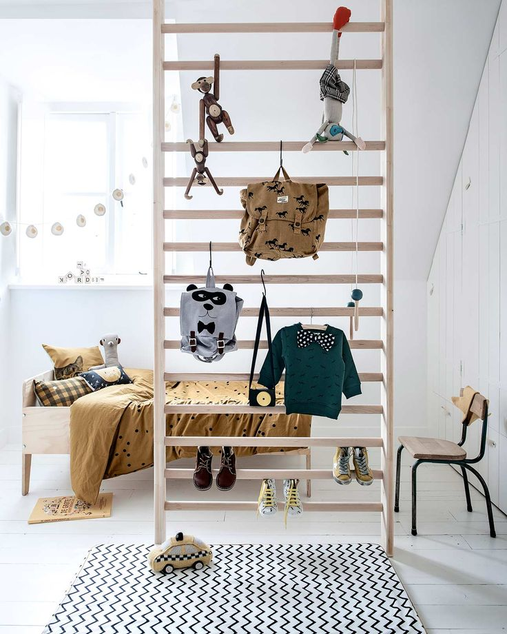 Oud gymrek als opbergplek of room divider in de kinderkamer | old gymnastics rack as a room divider in the childrens room | Bron: vtwonen 13-2015 | Fotografie Sjoerd Eickmans | Styling Kim van Rossenberg