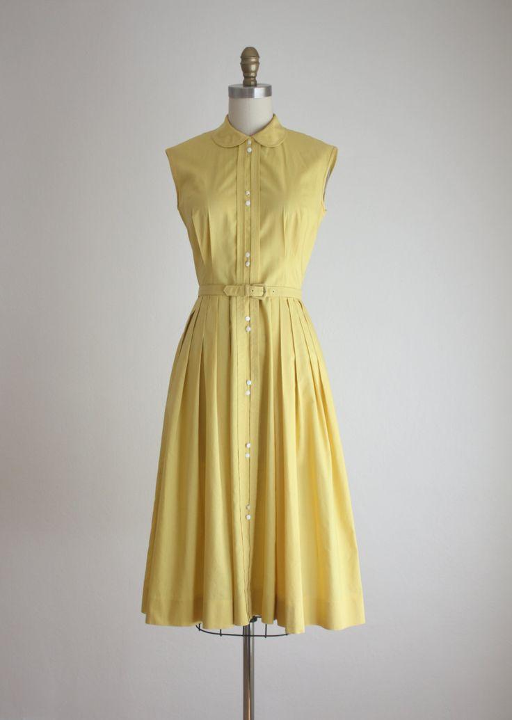 Vintage jaren 1950 saffraan gele jurk met een peter pan kraag en een knop aan de voorkant. wordt geleverd met een bijpassende riem.  kleine katoen gemaakt door joan miller  Bust 34 taille 25 heupen gratis lengte 42  uitstekende vintage staat.      f