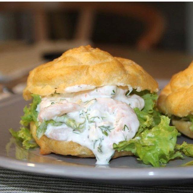 Idag er der opskrift på en lækker forret: Lette og luftige vandbakkelser med fyld af sprød salat fra haven og en frisk rejesalat med fintklippet dild og revet citronskal. Se opskriften på bloggen. #opskrifter