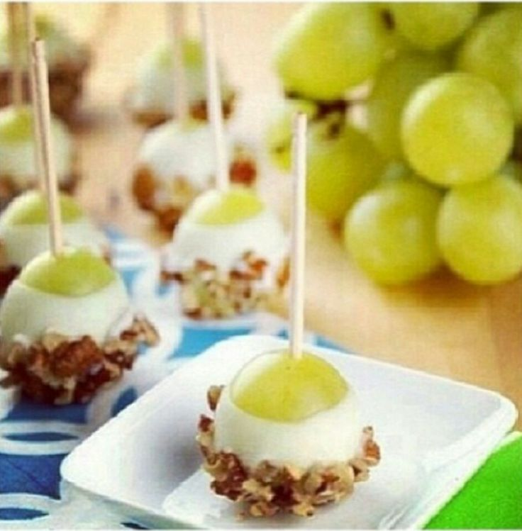 Grapes in yogurt and walnut