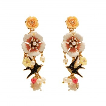 MESSAGÈRE EARRINGS: SWALLOW, FLOWER AND PENDANTS Les Néréides timeless collection revisits with humor and poetry the eternal theme of love messages. Material: Brass, Enameled metal, Freshwater pearls, resin, rhinestone Colors: Pink Jewellery sent in its packaging Les Nereides.