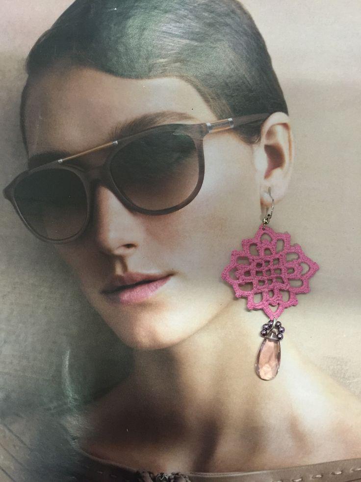 orecchini all'uncinetto,dipinti a mano nei toni del rosa i e vetrificati.A forma di rombo con pendente in cristallo a goccia ,con  perline violette