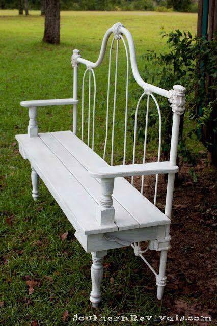 witte tuinbank gemaakt van een oud bed