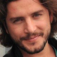 Manuel Carrasco Galloso, es un cantante, compositor y músico español, que alcanzó la popularidad tras su participación en la segunda edición del concurso de telerrealidad musical Operación Triunfo.
