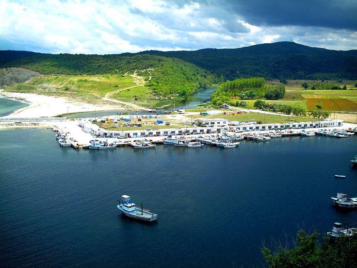 İSTANBUL'UN GİZLİ CENNETİ 16 YER-Kıyıköy Pabuç ve Kazan ırmakları arasında yüksek bir tepeye kurulmuş Kıyıköy, İstanbul'a 165 km uzaklıkta ve Kırklareli'ne bağlı bir balıkçı köyü. Kamp yapmak, denize girmek, ormanlarını keşfetmek ve güzel yöresel yemekler yemek isteyenler için mutlaka görülmesi gereken bir cennet.