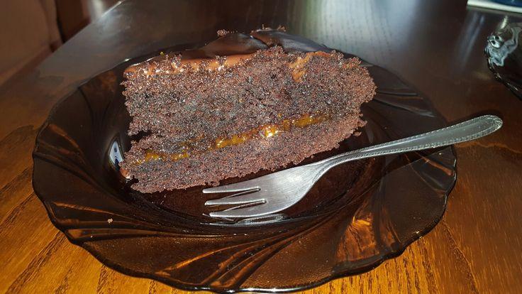 hrncekova kakaova torta 1 hrnček kryštálového cukru  1 hrnček  polohrubej muky 3/4 hrnceka kakaa 1 kypriaci prasok  vsetko najskor spolu zmiesat a potom pridat 5 vajec a 1 hrncek oleja  pecieme 40 minut na 170 stupnoch. rozkrojime, natrieme dzem. na vrch sa na pare pripravy 1 šľahačka s horkou cokoladou a pol masla.