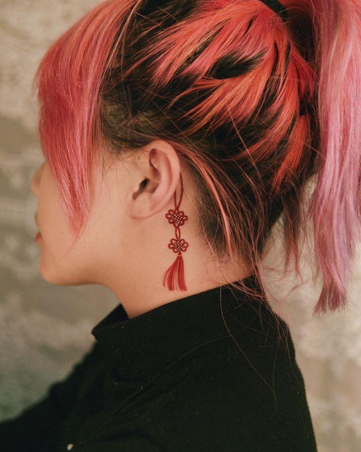 Noeud rouge et gland à l'arrière de son oreille, réalisés en février, Corée #tattooistsi …   – tattoo