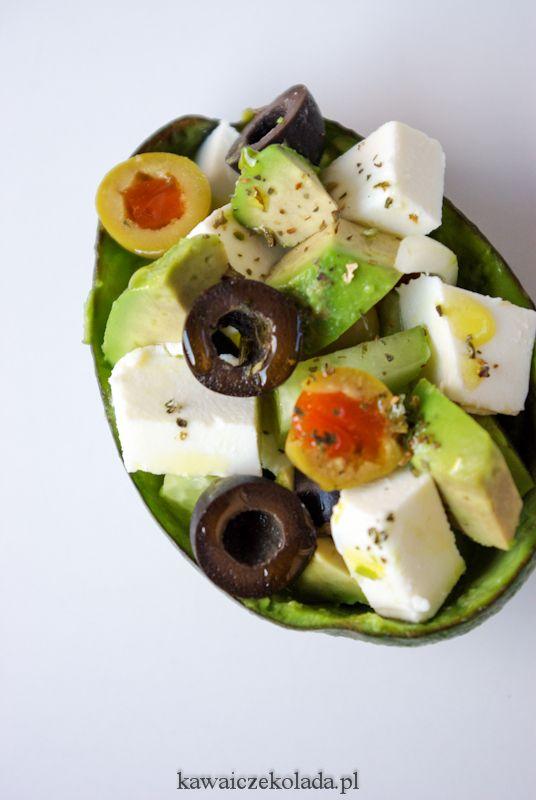Sałatka z awokado, fetą, oliwkami i zielonym ogórkiem