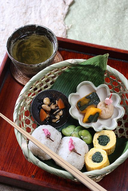 Sakura Bento *Sakura rice ball: rice, glutinous rice, pickled cherry blossoms, salt *Braised hijiki seaweed and daizu beans  *Simmered pumpkin *Simmered ganmodoki *Japanese omelet with shungiku leaves  *Boiled broad beans