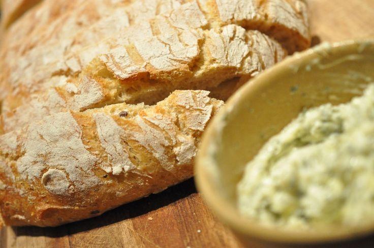 Smukke brød i hævekurve og sprødt ciabatta-brød med hvidløgssmør