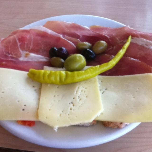 Pa amb oli típico mallorquín. Jamón serrano, queso, aceitunas mallorquinas y pan mallorquin