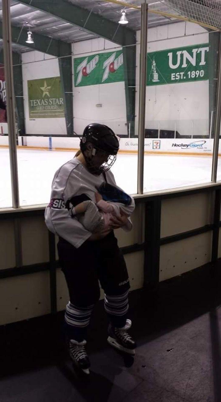 Jugadora de hockey amamanta a su bebé antes de su partido y nos demuestra que los límites no existen