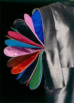 Giacca grigio scuro in taffeta, has maniche scatola effetto soffietto scomparsa in a multicolored taffeta.   in 1992, Berlino - Schauspielhaus.