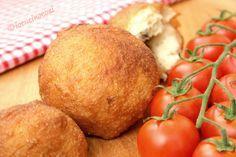 Le palline di pizza ripiene sono degli sfiziosi finger food fritti, preparati con l'impasto per la pizza e farciti come preferite.