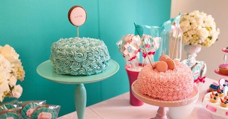 Para compor a mesa, foram encomendados dois bolos, um de cada cor. O azul era de chocolate e o rosa, de maçã, decorado com macarons, biscoitos de origem francesa feitos com clara de ovos e farinha de amêndoas. Ambos são criações da Soul Sweet (www.soulsweet.com.br)