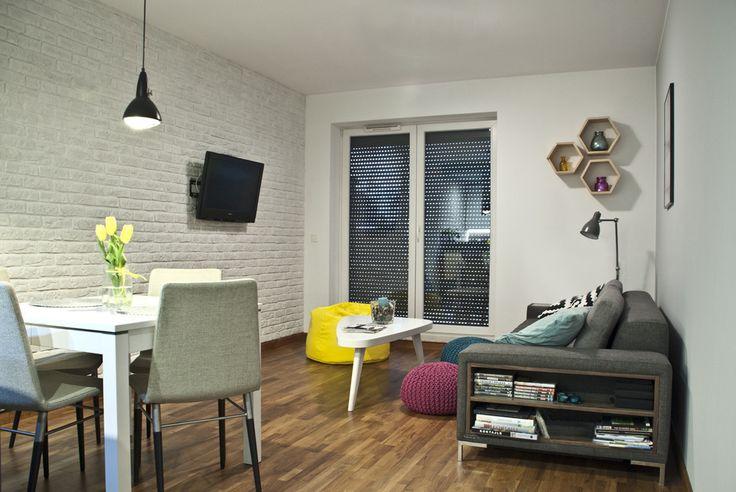 Salon z kuchnia i jadalnią, otwarta przestrzeń, przestrzeń dzienna, stylowy salon, ceglane ściany. Zobacz więcej na: https://www.homify.pl/katalogi-inspiracji/18874/5-zasad-ktorych-nalezy-przestrzegac-urzadzajac-na-otwartej-przestrzeni