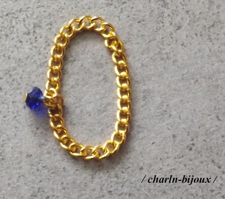 Bague chaîne dorée et perle bleue saphir