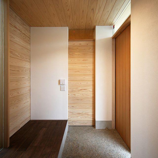 FIX窓を付けた、穏やかな光が差し込む明るい玄関。 天井と建具は杉板を使用し落ち着きのある空間に。 . . #木造 #注文住宅#新築#工務店#春日井#外観#名古屋#kisetsu#マイホーム#家#インテリア #照明 #玄関アプローチ #土間#洗い出し #設計#建築#外壁#階段 #暮らし#和モダン #自然素材#壁 #玄関アプロ ーチ#植栽 #玄関インテリア#玄関 #暮らし#デザイン設計#