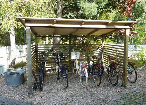 Glömde ju visa hur cykelskjulet blev när det var helt klart:)Utirfån vägen ser man det knappt.Vi valde att sätta ribborna ganska glest för att det skulle kännas luftigt. Det får plats 5 cyklar.Micke…