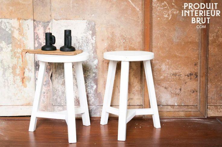 Gebruik dit witte krukje rond de eettafel of als bijzettafel naast de bank. Het krukje is gemaakt van verouderd hout voor een shabby chic look.