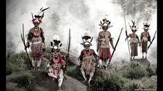 Papua Nueva Guinea ocupa la parte oriental de la segunda isla más grande del mundo y está expuesta a la actividad volcánica, los terremotos y los maremotos. A nivel lingüístico es el país más diverso del mundo, con más de 700 lenguas nativas. Muchas de sus tribus, como los Huli, Asaro o Kalam, que fueron retratados por Nelson, viven en áreas montañosas aisladas y tienen poco contacto entre sí o con el mundo exterior.