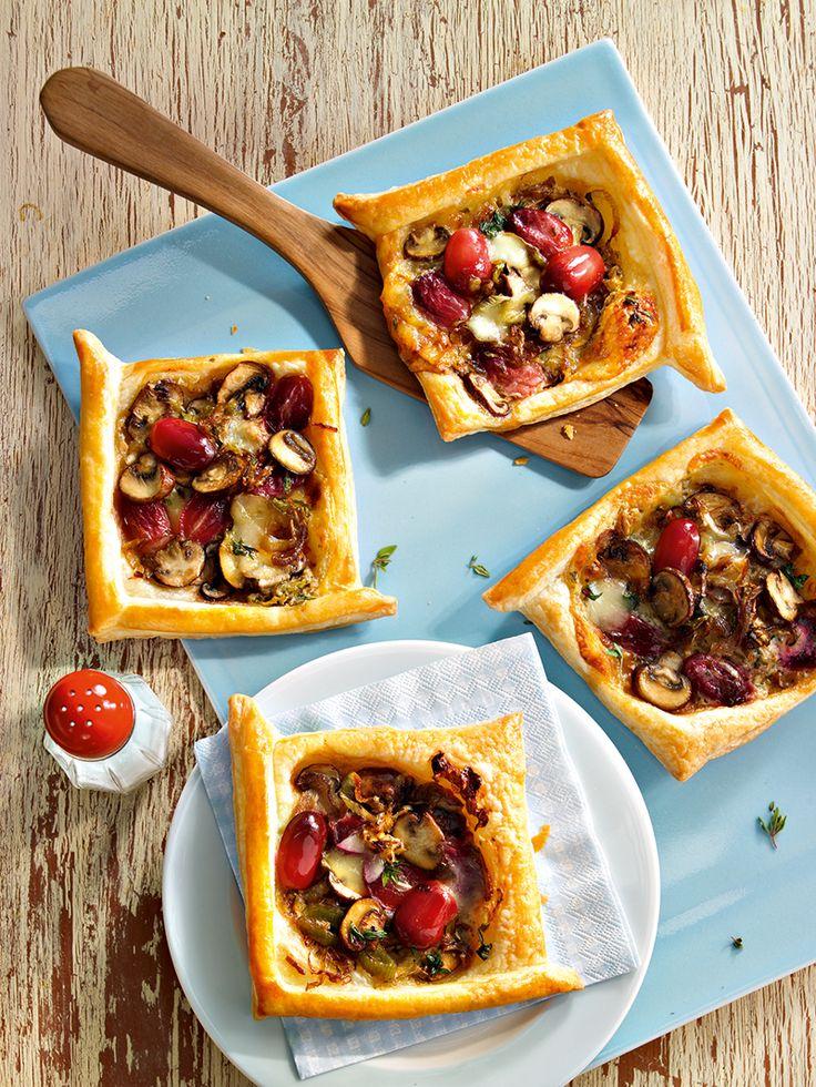 Pikanter Snack mit roten Weintrauben und Raclette-Käse zum Picknick oder zur Party