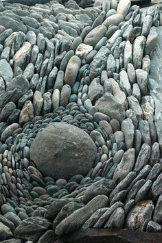 (via land art   stone flow   Stones & Rocks   Pinterest)