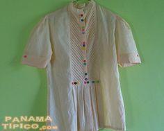 [El estilo de la camisa tonosieña ha ido ganando popularidad y en ocasiones las damas solicitan blusas inspiradas en ella.]