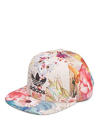 Adidas chez Simons Une casquette aux couleurs éclatées pour un look du tonnerre Douce toile brossée au fini légèrement lustré Patte d'ajustement pression à l'arrière