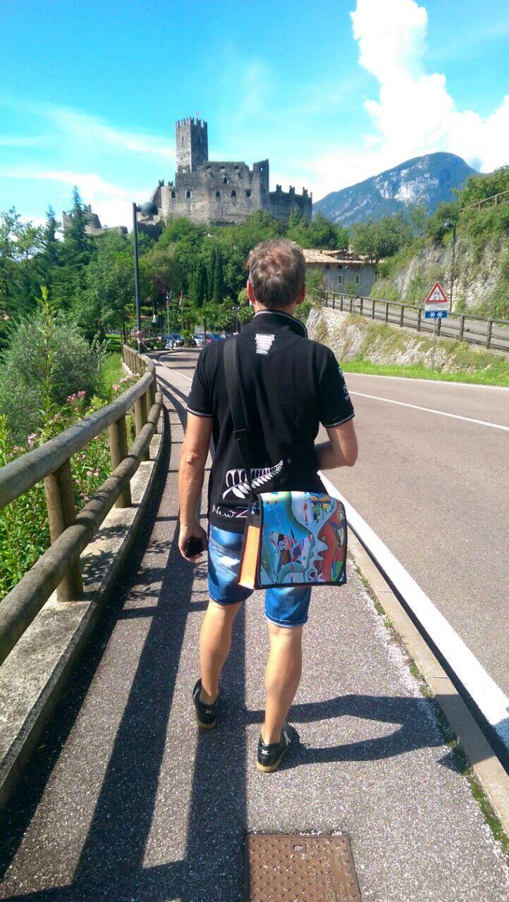 In cammino verso il castello di Drena, accompagnato dalla #BUCABAG