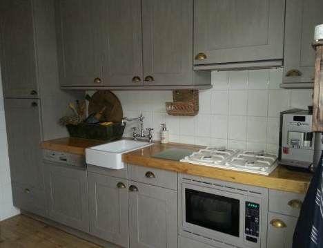 Hierboven een geweldig mooi voorbeeld hoe je een witte keuken kan transformeren met Annie Sloan krijtverf. Tonnie heeft haar witte keuken gedaan met Annie Sloan krijtverf French Linen met een geweldig resultaat.