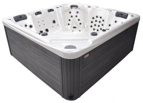 """Le spa 6 places Serenity est un spa haut-de-gamme spécialement adapté aux personnes de grande taille.<span class=""""normal italic"""">© Blue Lagoon Spas</span>"""