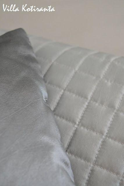 Työ- ja vierashuoneemme. Hopeiset Luhta -tyynyt sängyllä. / Home office and our guest room. Silvery Luhta -pillows on the bed.