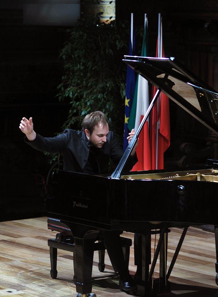 Per molti aspetti, Herbert Schuch, laureato nel medesimo anno al Concorso «Casagrande» di Terni, al Beethoven di Vienna e al Concorso Pianistico di Londra, sembra proseguire il discorso aperto da Christian Zacharias nel precedente concerto alla Sala dei Notari.