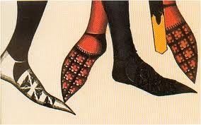 Zapato en punta, la polaina, estilo que ha perdurado hasta la actualidad, usar zapatos puntiagudos era simbolo de posicion elevada, llas puntas llegaban hasta los 45 cm