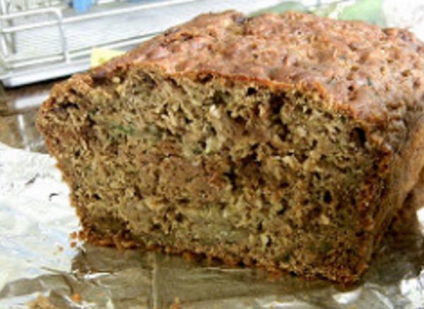 Havermoutbrood wordt de laatste tijd steeds populairder. Hoe gezond is het en hoe maak je zelf havermoutbrood? We geven een simpel havermoutbrood recept!