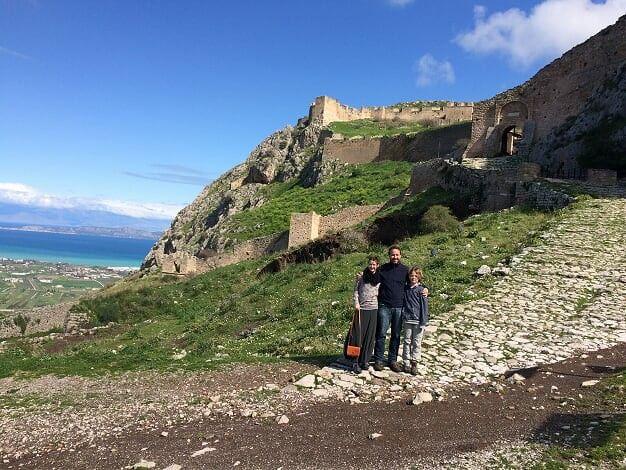 """Vergiss auf keinen Fall,  dir """"Akrokorinth"""" anzuschauen.  Es ist eine wunderschöne Burg über der Stadt mit weitem Blick über die Natur und das Meer."""