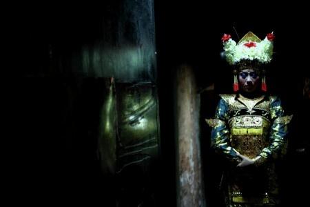 Dharma: Penari Bali berdoa sebelum pementasan tari.