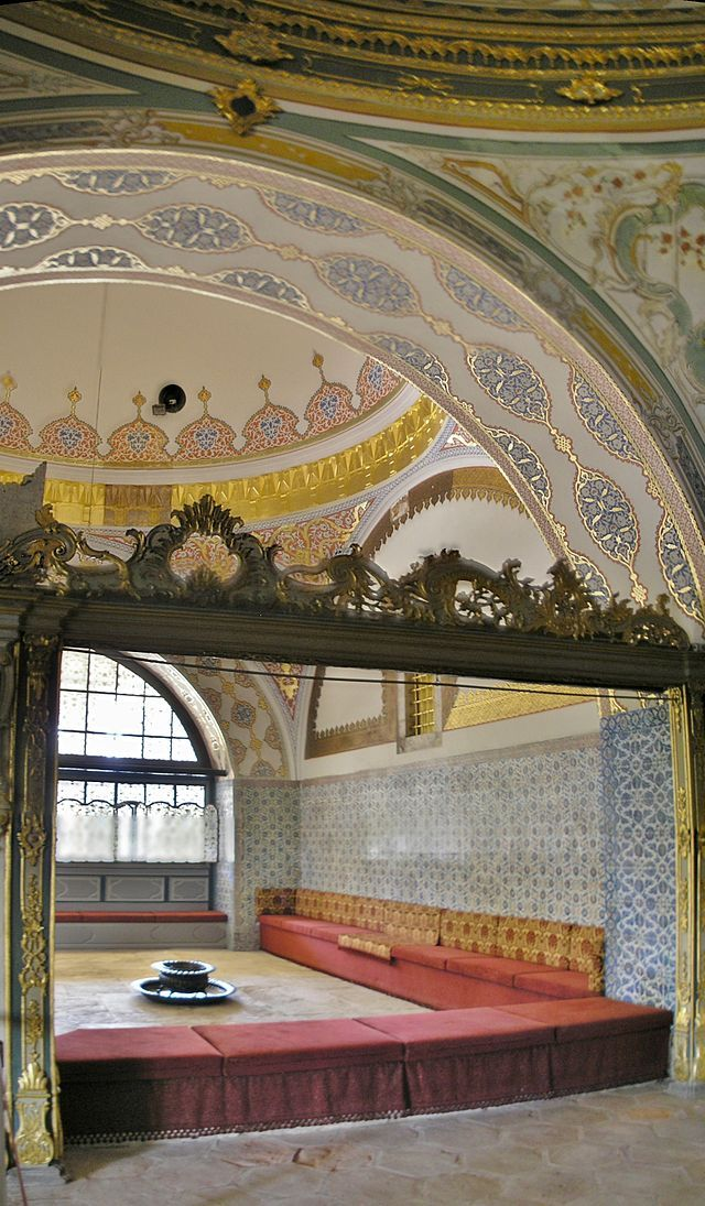 The Imperial Council Hall (Kubbealtı / Divan-ı Hümâyûn) where the veziers met in council with the sultan. The hearth in the middle was to warm the officials. The golden window enabled the sultan or the valide sultan to eavesdrop into the conversation without being noticed.