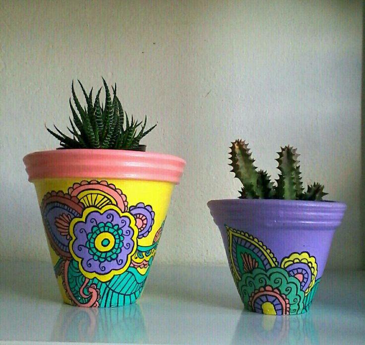 Kit com 2 lindos vasos de parede,  em terracota, pintados à mão com tinta e verniz acrílicos  Para ambientes protegidos da chuva  São enviados em caixa de MDF cru  As plantas não acompanham os vasos    Vaso maior em cm :13x15x11  Vaso menor em cm : 9x12x9,5