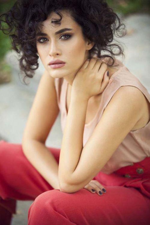 """Hande Doğandemir -- Pargalı'nın yeni aşkı - Oyuncu Okan Yalabık, """"Güneşi Beklerken"""" dizisinin başrol oyuncusu Hande Doğandemir'le birlikte olmaya başladı."""