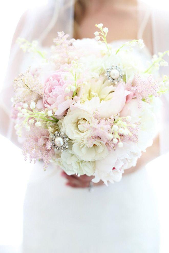 Schattig licht roze/wit bruids boeket met brouches