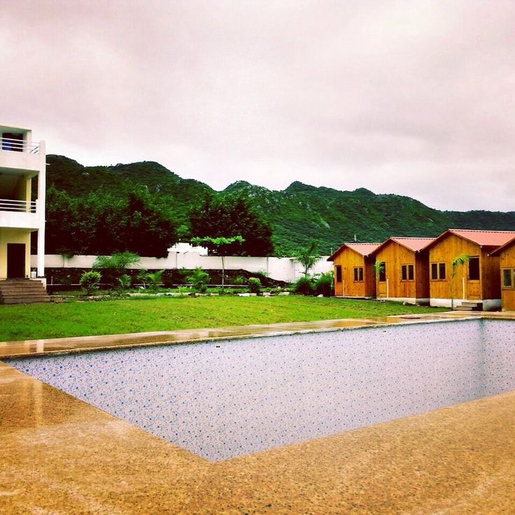 The Rustic Pines is a beautiful resort located off the fabled Fateh sagar lake and Badi lake in the city of Udaipur..